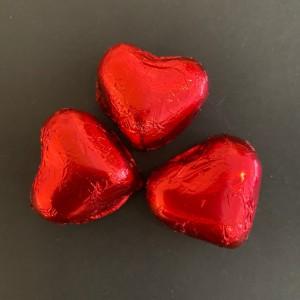 Cluizel_3 Rote Herzen aus Schokolade mit Mandeln und Haselnuss