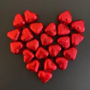 Cluizel_Rote Herzen aus Schokolade mit Mandeln und Haselnuss-Quadrat