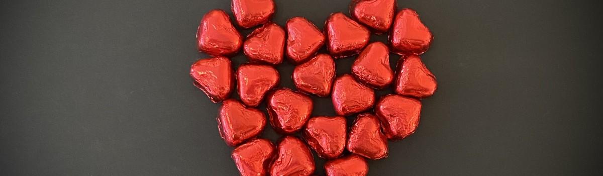 Cluizel_Rote Herzen aus Schokolade mit Mandeln und Haselnuss-Querformat