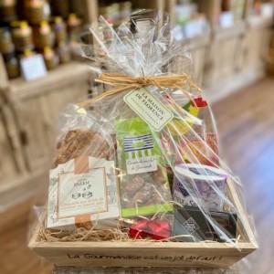 Geschenkkiste Ostern-Pâques-2021-mit Geschenkfolie und Bastschleife